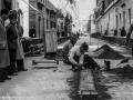 Operai abruzzesi impegnati nella posa in opera delle mattonelle di asfalto nel centro di Trieste